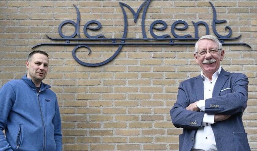 <p>Bestuurslid Jeroen Wallerbos (links) en voorzitter Toon Derksen van Dorpshuis De Meent weten in de coronatijd met financi&euml;le steun van de gemeente hun dorpshuis redelijk op de been te houden. (foto: Ab Hendriks)</p>