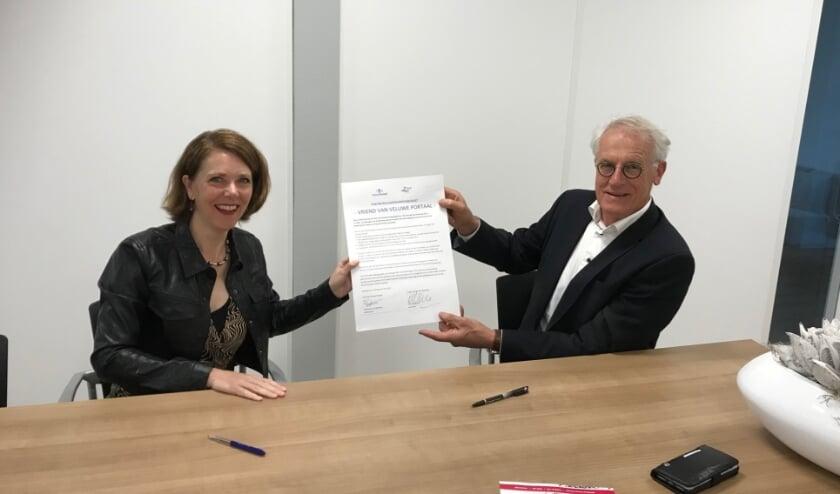 Ton Heddema en Ingeborg Lups ondertekenen de partnerschapsovereenkomst namens de Van der Zee Stichting en Veluwe Portaal