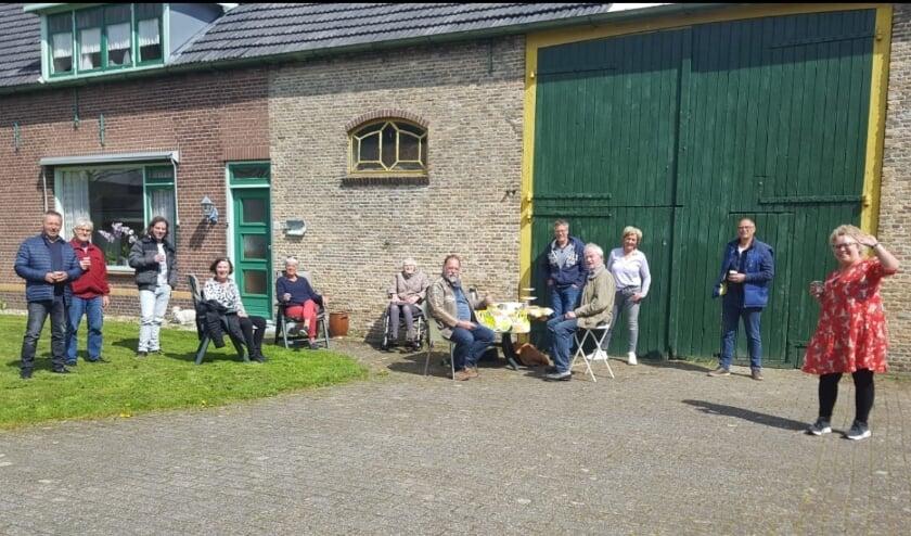 <p>Nel en Rinus Knoot met buurtjes op 'Even Buiten'. Rinus zit rechts aan het tafeltje, daarachter links in de rolstoel zus Nel.</p>