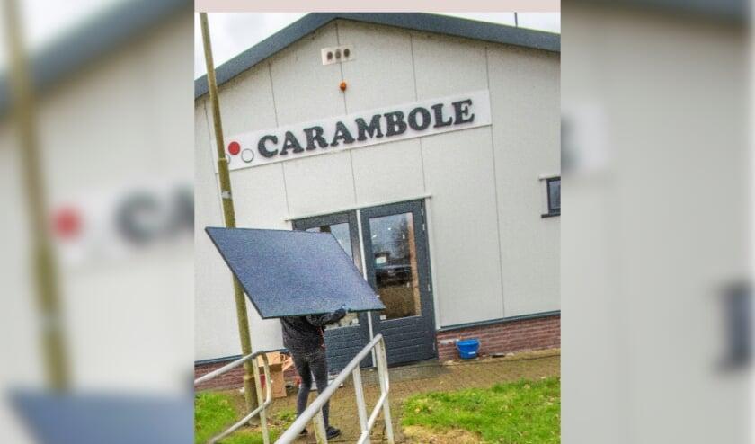 <p>Biljartvereniging Carambole tijdens de aanleg van de zonnepanelen. Dit is een van de resultaten van het Rabo Verenigingsondersteuningstraject dat in 2019-2020 is uitgevoerd. </p>