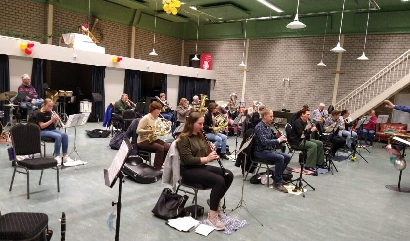 <p>Na bijna vijf maanden thuis alleen digitale muziekles volgen, kunnen de opgeluchte Duivense muzikanten weer samen muziek maken in 't Muziekhuus.</p>