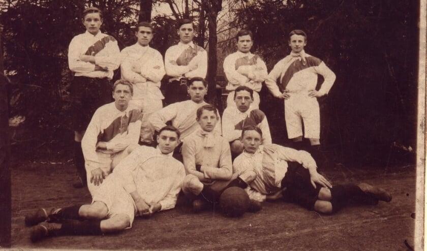 """<p>Een elftalfoto van &#39;Phenix&#39; uit 1907.</p>  """"></p>    <p><em>Een elftalfoto van 'Phenix' uit 1907(Foto: archief Phenix)</em></p>    <p>Enschede – De viering van het 120-jarig bestaan van EVV Phenix verloopt rustig. Maar dat kan zomaar veranderen als de terrassen bij de voetbalclubs weer open mogen. """"Dan kunnen we weer wat inkomsten krijgen'', zegt interim voorzitter Henk ter Heegde. """"Maar dat geldt voor alle Enschedese clubs.''</p>    <p><em><strong>Door Hans Assink</strong></em>, 19 mei 2021</p>    <p>Dankzij de trouw van de leden en de sponsoren heeft corona Phenix niet in financiële problemen gebracht, stelt Henk ter Heegde. """"Geen enkel lid is weggegaan. En alle bordsponsoren hebben op tijd betaald. Het gaat netjes door en daar zijn we als club trots op.''</p>    <p>De koe-schijt-actie heeft ook voor inkomsten gezorgd, terwijl de actie nog moet plaatsvinden. """"Als het weer kan dan gaan we er een feestelijke dag van maken'', zegt Ter Heegde. """"Het scenario ligt al klaar.''<br>Ook hoopt de club dat het Harm Post Toernooi voor veteranen doorgang kan vinden. De datum voor het toernooi is al wel bepaald, op 28 augustus.<br>De club bestond op 5 mei precies 120 jaar, maar alle activiteiten om het te vieren zijn opgeschort. Voor de feestavond wordt aan ergens in november gedacht.<br>Met het monteren van een zelfgemaakte promofilm die richting de leden gaat zijn ze nog bezig. """"De film is nog niet klaar'', zegt Ter Heegde. """"Het is allemaal vrijwilligerswerk hè.''</p>    <p>Phenix heette bij de oprichting in 1901 Voorwaarts en speelde aan de Kuipersdijk. Andere locaties door de jaren heen waren Lonneker, het Volkspark en de Hengelosestraat.<br>De naam Phenix ontstond in 1925 en komt van de samenvoeging van Fiks of Niks. Phenix verwijst ook naar de mythische vogel van de Egyptenaren. Sinds 1949 zetelt de club aan de Zuid Esmarkerrondweg.</p>    <p><em>'We zijn de laatste kampioen van de zesde klasse'</em></p>    <p>Deze zomer verhuist Phenix met het eerste elftal van"""