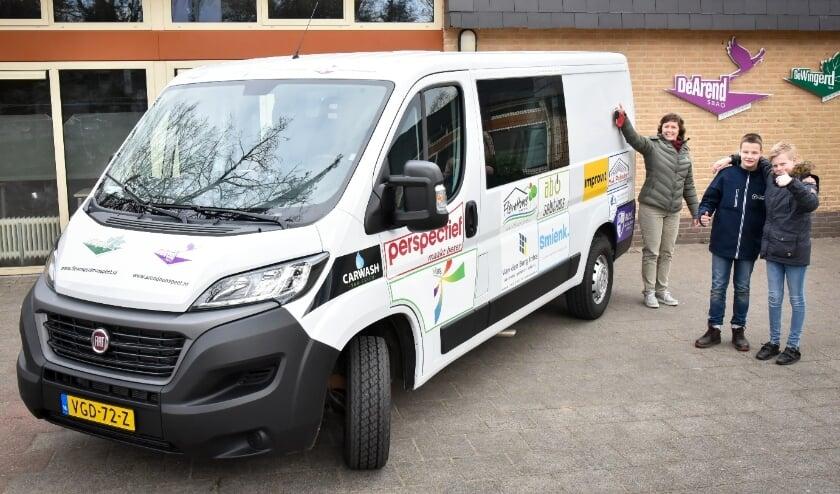 <p>Gerlanda Foppen, administratief medewerker van De Arend en De Wingerd houdt trots de autosleutels van de nieuwe schoolbus omhoog.</p>