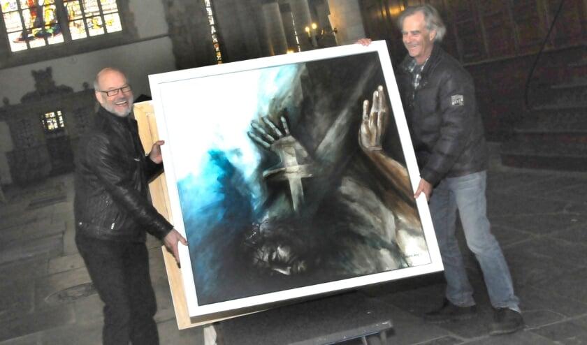 <p>Willem Hesseling (l) met één van zijn passieschilderijen. &nbsp;Foto: Marianka Peters</p>