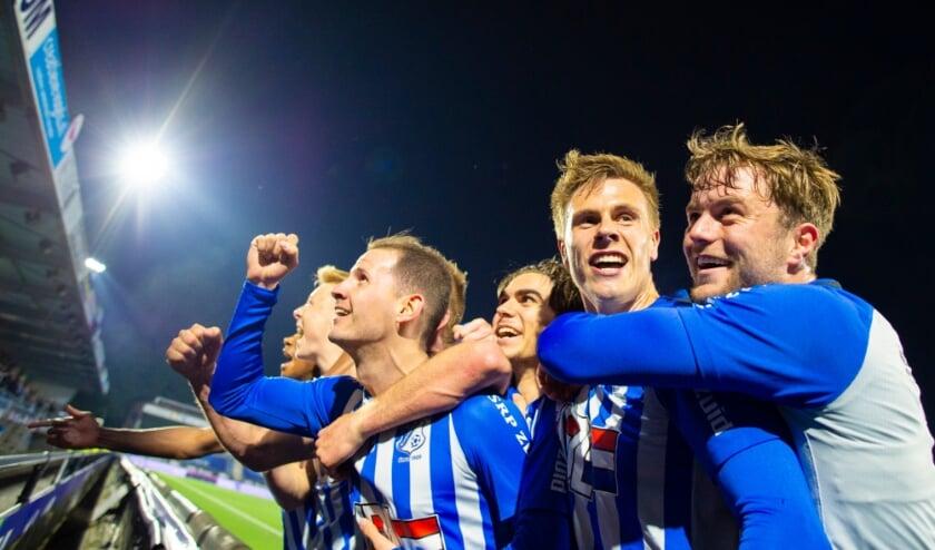 <p>De spelers van FC Eindhoven zijn blij met de late treffer, die ze met het publiek vieren. (Foto: Johan Manders).</p>