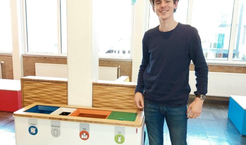 <p>Krijn Stufkens van het Jordan ECO-team bij &eacute;&eacute;n van de nieuwe afvalscheidingsbakken.</p>