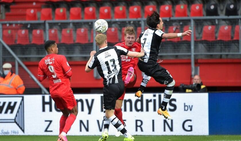 <p>Jesse Bosch in duel met Giacomo Quagliata en Mats Knoester van Heracles.</p>