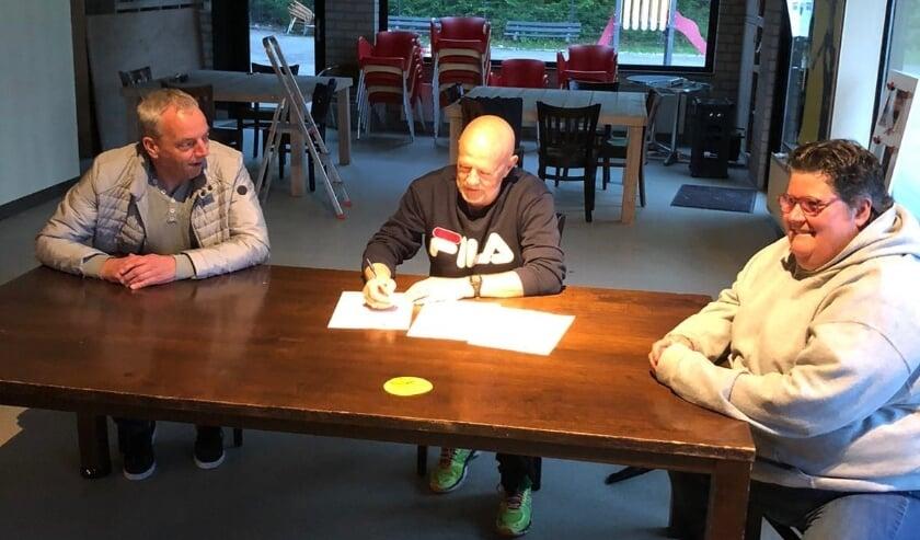 <p>De drie handbalclubs zetten hun handtekening om verder samen te werken.</p>