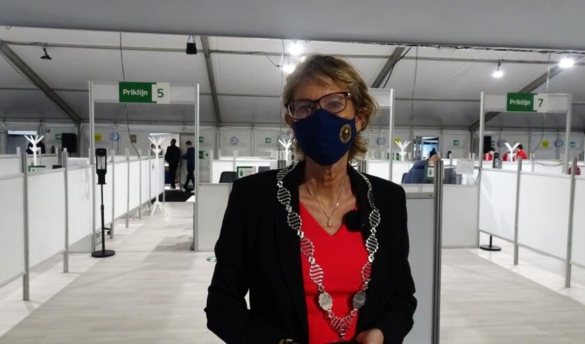 <p>Burgemeester Jolanda de Witte is trots op de vaccinatiehal Albrandswaard. </p>