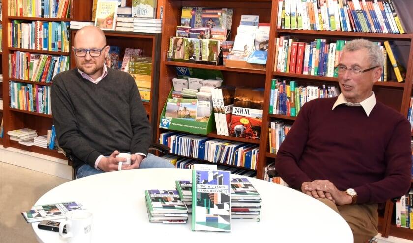 <p>Rien Fraanje en Bart Jansen van boekhandel Verkaaik lanceren deze week de schrijfwedstrijd voor het Gouds Boekgeschenk. Foto: Marianka Peters</p>