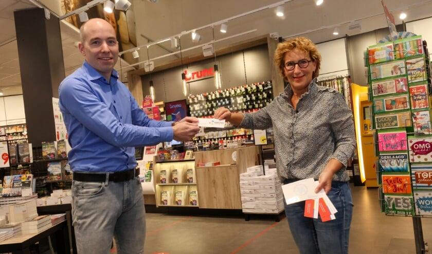 <p>&nbsp;Carolien van der Heijden van Swove geeft het specifieke kaartje-dementievriendeljke samenleving aan Jean-Paul van den Tillaar van de Brunawinkel.</p>