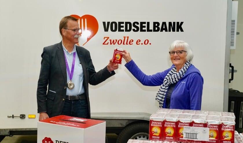 <p>De pakken koffie zijn door Geert Ensing van Lionsclub Zwollerkerspel afgeleverd bij Jelly van Pelt van Voedselbank Zwolle.</p>