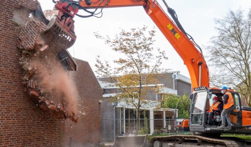 <p>Zittend in een shovel heeft wethouder Hans de Haan maandagmorgen het startsein gegeven voor de sloop van De Dialoog. (foto: Jan de Roo)</p>