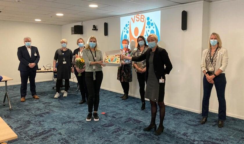 <p>Wendy Bosboom, lid Raad van Bestuur, markeert de start van het VSB met de overhandiging van felicitaties en een taart.</p>
