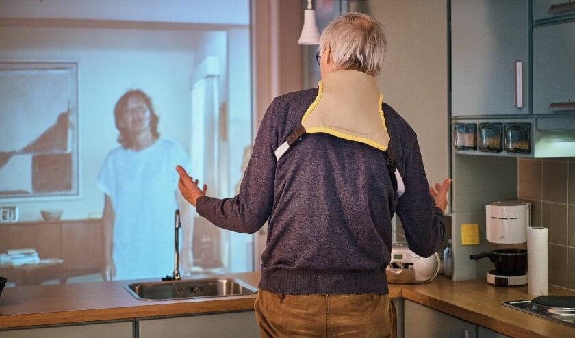 <p>Jan van de Laar heeft moeite met zijn &lsquo;dochter&rsquo; in de dementiesimulator.<br>Foto: Arnold Reyneveld, Tekst: </p>