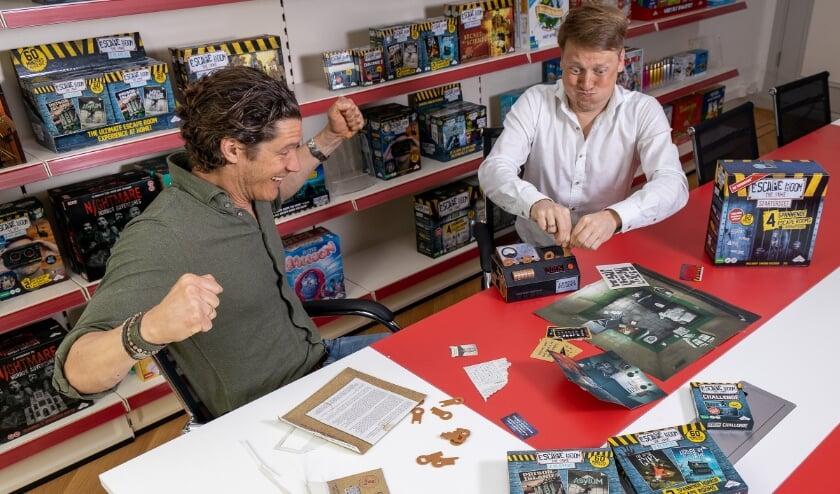<p>Jan Maurits Duparc (Chief Creation), op foto links, en Jeroen Nugteren (Managing Director) spelen het populaire spel Escape Room the Game waarvan er vorig jaar wereldwijd 2,4 miljoen werden verkocht.</p>