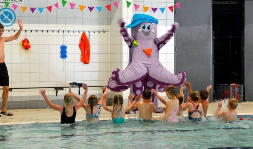 <p>Mascotte Koko &nbsp;in actie in het zwembad.</p>