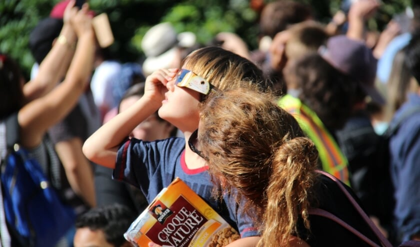 <p>Langdurig kijken naar de zon zonder adequate bescherming is schadelijk voor het oog, ook tijdens een deelse zonsverduistering.&nbsp;</p>