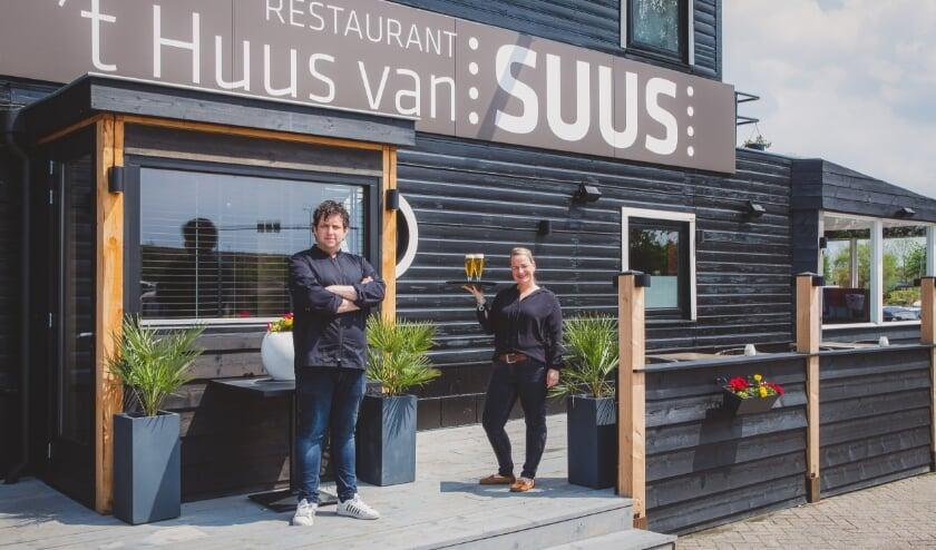 <p>Harderwijkse horecaondernemers Maarten en Suus Nieuwenhuis hebben een restaurant geopend in de gemeente Zeewolde. &#39;&#39;Het is een beetje Bourgondisch eten.&#39;&#39; (foto: Peter Sitsen)</p>
