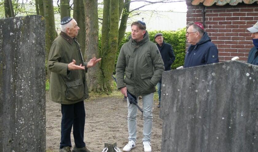<p>Jaap Krock&eacute;, leider van de onderhoudsploeg geeft uitleg.</p>