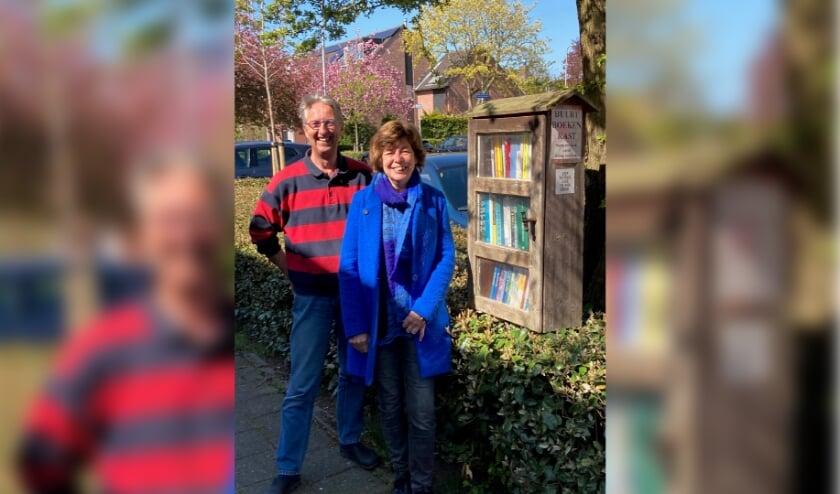 <p>Erik van der Werf met een door hem getimmerd boekenkastje en mede-initiatiefneemster Marga Compaijen.</p>