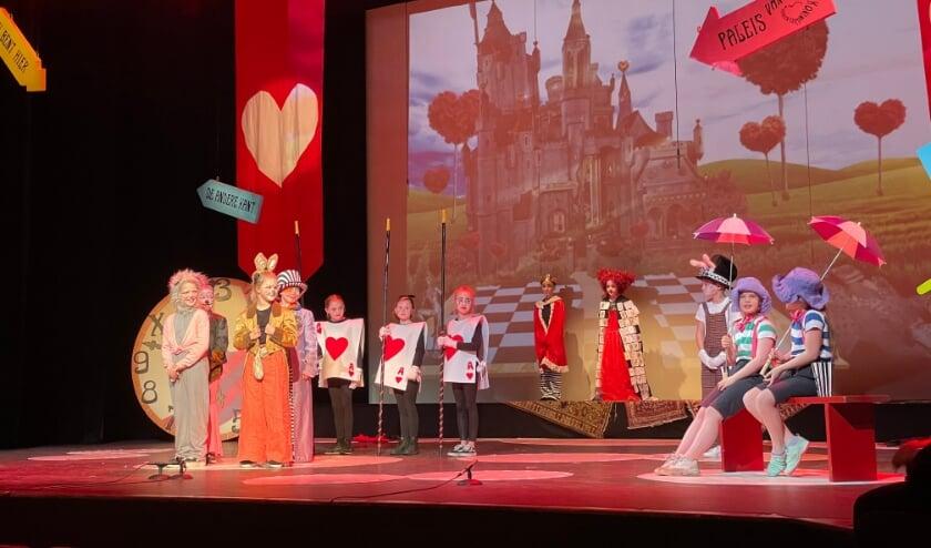 <p>De theaterleerlingen van Theaterschool Masquerade van het KunstenHuis tijdens de opnames van hun voorstelling Alice in Wonderland.</p>