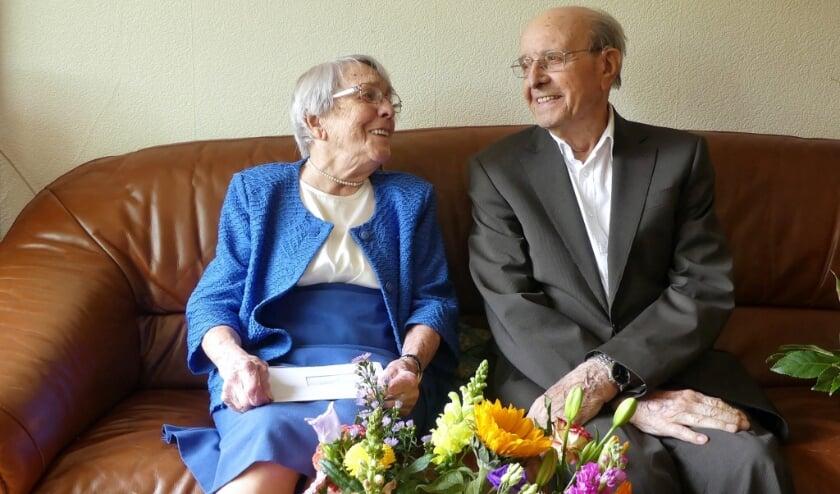 <p>Cor Schot (97) en mevrouw Nelly Schot-Kamp (96) vierden 2 mei hun platina huwelijksjubileum, 70 jaar !! (foto: gem. Hoeksche Waard)</p>