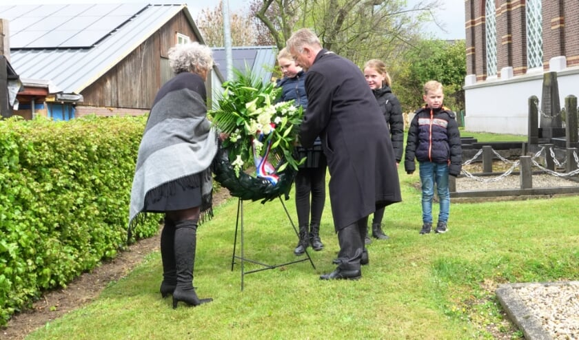<p>Burgemeester Van Maaren legt samen met zijn vrouw, Elize van Gammeren en Annelieke van der Pijl een krans bij het oorlogsgraf op de begraafplaats in Poederoijen.</p>