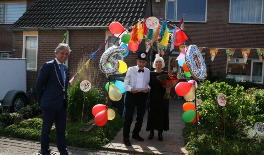 Burgemeester komt met bloemen feliciteren