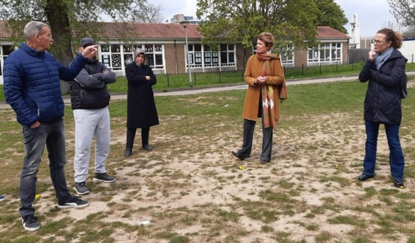 <p>Volkshuisvesting directeur Liesbeth van Asten (tweede van rechts) is gesprek met huurders.&nbsp;</p>