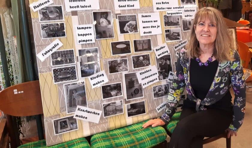 Ingrid zit voor het zelfgemaakte bord waarop de verborgen talenten van haar medewerkers staan benoemd