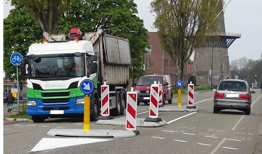 <p>Voor fietsers is het hier dringen. De personenauto rechts bezet net niet hun totale ruimte, de vrachtauto aan de andere kant wel. Foto: DPG/gsv</p>