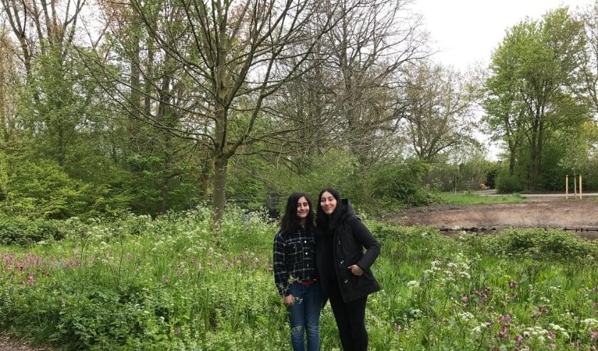 <p>Nour en Maryam zijn trots op hun werk. Er zijn zoveel zoveel bloemen en bijen!</p>
