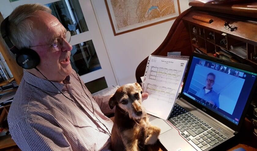 <p>Marius Uiterwijk luistert aandachtig naar de aanwijzingen van dirigent Jacco. Hond Jetje checkt of alles wel loepzuiver is.</p>