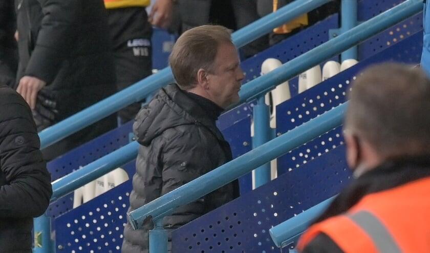 <p>Mike Snoei druipt af na de nederlaag tegen Roda JC.</p>