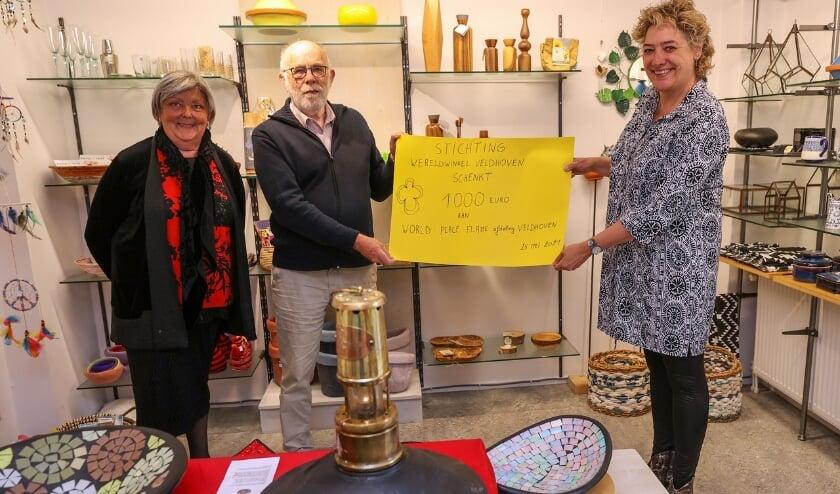 <p>Arlette Verweirde en Klaas Makkes van de WereldWinkel met Carla van Olst, die als ambassadeur van Vrede Veldhoven een gift van 1.000 euro ontvangt.</p>