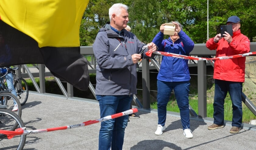 <p>Wethouder Rik Dijkhoff opent namens de gemeente Best de nieuwe fietsersbrug over het Wilhelminakanaal.</p>