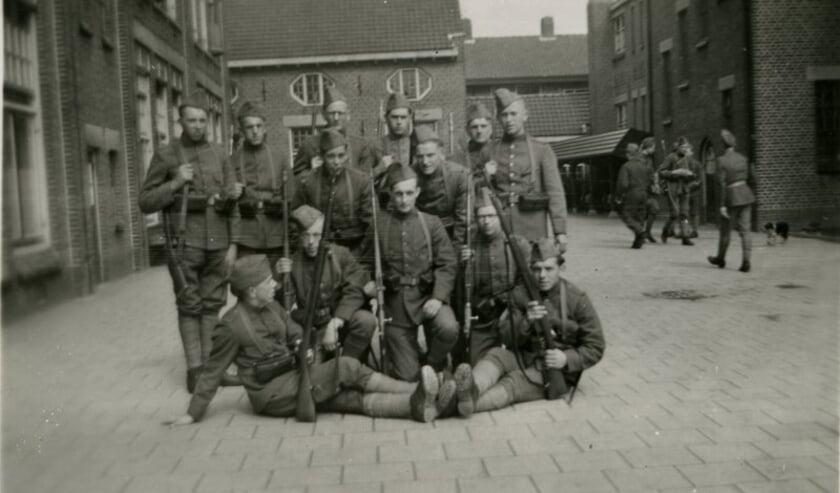 <p>Bij wijze van voorbeeld een foto van een groep Nederlandse militairen op een binnenplaats. Voor de duidelijkheid: dit zijn niet de militairen waar Tiny naar zoekt.</p>