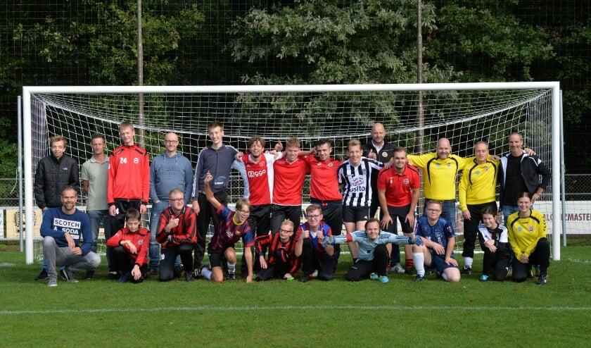 <p>Het hele G-team bij elkaar. Zonder de inzet van diverse vrijwilligers was dit niet mogelijk geweest. Zowel spelers als vrijwilligers genieten elke week weer van een fijne training en samen een lekker potje voetballen.</p>