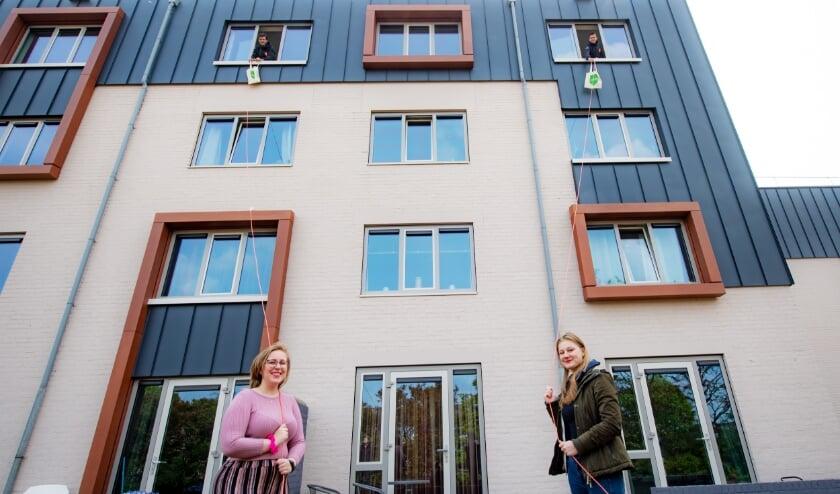 <p>Studenten Adinde Koree en Kirsten Westenberg ontvingen de sleutels en welkomstcadeaus uit handen van Wilbert Huijskens en Ko Roelofs, klantbeheerders bij SSH&amp;. Vanaf de derde verdieping vanuit de ramen van de kamers waar Adinde en Kirsten komen te wonen.</p>