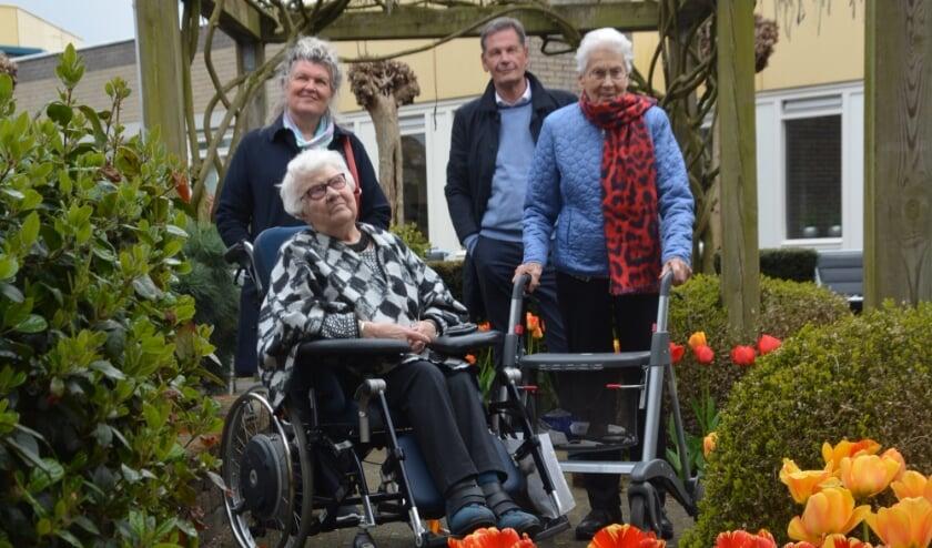 <p>Mevrouw Dijkstra (links) en Nap genieten van de tulpen, net als José Oosthoek en Ronald Cleijsen van de Rotary. (foto Dick van der Veen)&nbsp;</p>