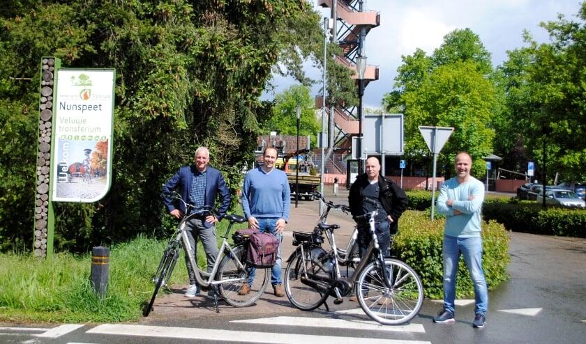 <p>Peter Oversteegen, Hendrik-Jan Borsboom, John van de Hoef en Erik Kroon (v.l.n.r.) vormen samen de coöperatie Veluwe Deelfiets.</p>