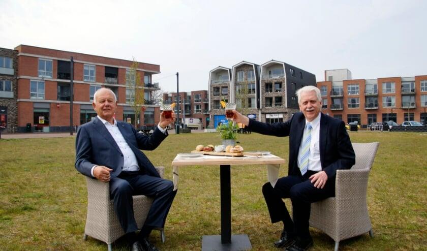 <p>Wethouder Henk Wessel (rechts) en ontwikkelaar Evert van de Poll heffen het glas (foto gemeente Elburg)&nbsp;</p>