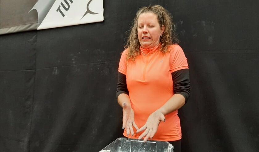<p>Paulien van der Hoeven rilt bij de magnesiumbak in de turnhal als het poeder op haar handen komt.</p>