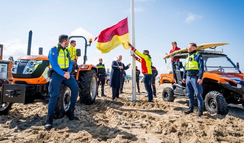 <p>Burgemeester Van Zanen hijst samen met lifeguards voor het eerst de geel/rode vlag dit seizoen.&nbsp;</p>