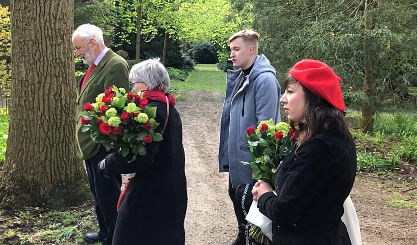 <p>Wim van Vlaanderen, Anneke Speelman, Manasse Hop en Patty Wolthof leggen bloemen op begraafplaats Kranenburg.</p>