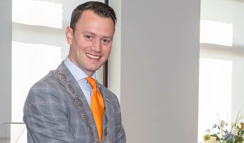 <p>&nbsp;Burgemeester Robbert-Jan van Duijn heeft een lintje uitgereikt aan NIco Leliveld.</p>