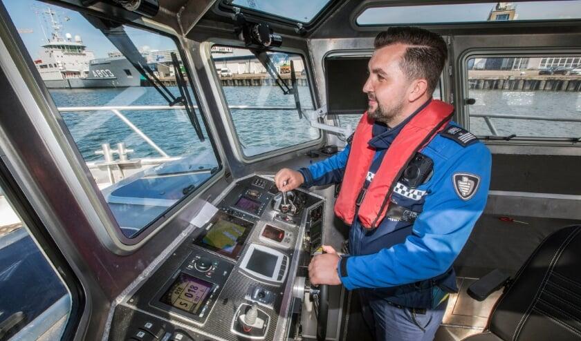 <p>De boa&#39;s doen nu al ervaring op, maar de boot wordt nog bestuurd door de havendienst. Na afronding van de opleiding varen de boa&#39;s zelf uit.&nbsp;</p>