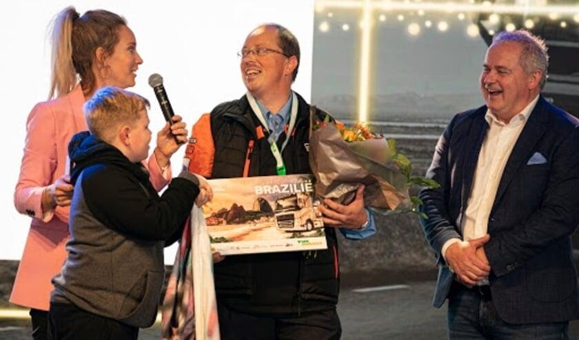 Vrachtwagenchauffeur Martin Kolff wordt gehuldigd als winnaar van het NK Veiligste Chauffeur 2019 door ambassadrice Hélène Hendriks en Arjan Bos, CEO van TVM verzekeringen.