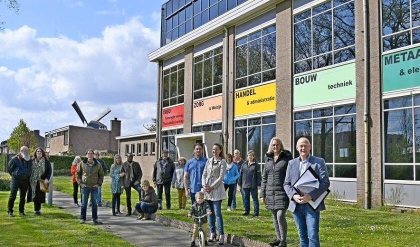 <p>Omwonenden zijn teleurgesteld. Ze zijn niet betrokken bij de gedeeltelijke nieuwbouw van Vestersbos voor basisscholen De Wissel, De Tamboerijn en het Liemers College (voortgezet). Totaal 800 leerlingen.&nbsp;</p>